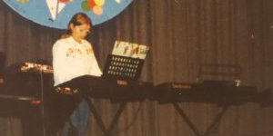 Schon früh begann Sandra Patsis zu musizieren und stand mit 7 Jahren das erste mal vor Publikum auf der Bühne.